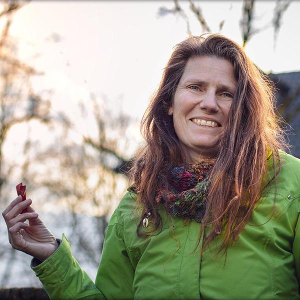 Rhein CleanUp Gründerin Karin Schwanfelder sammelt Müll