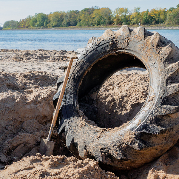 Rhein CleanUp_erfolgreich ausgebuddleter Reifen am Rhein